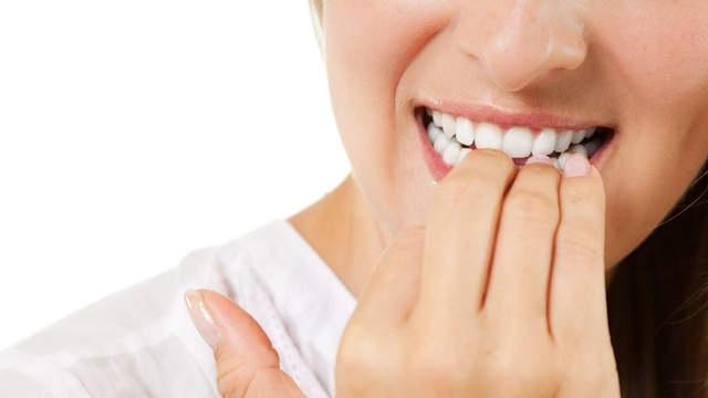 Złe nawyki, które niszczą zęby